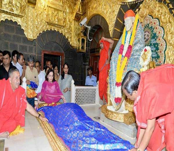 मुंबई इंडियन्सच्या मालकीन नीता अंबानी साईबाबांना चादर अर्पण केली तो क्षण... - Divya Marathi