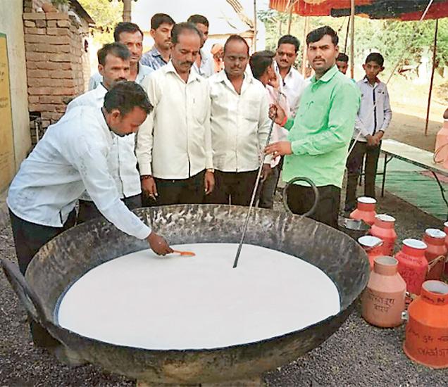 लाखगंगा (ता. वैजापूर) येथील शेतकऱ्यांनी गुरुवारी माेफत दूध वाटप करून सरकारचा अनाेखा निषेध केला. छाया : प्रशांत त्रिभुवन - Divya Marathi