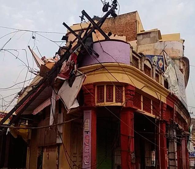 घरांवर वीजेचे खांब पडले तर कुठे झाडे उन्मळून पडली. - Divya Marathi