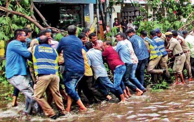 गुरूवारी हैदराबादेत पावसानंतरचे चित्र. - Divya Marathi