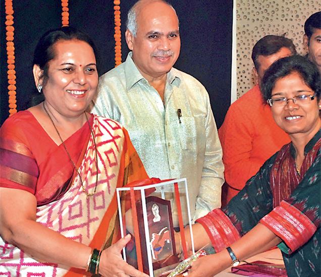 'दिव्य मराठी'च्या जयश्री बोकील यांना डॉ. नीलम गोऱ्हे यांच्या हस्ते वरुणराज भिडे पुरस्कार प्रदान आला. - Divya Marathi