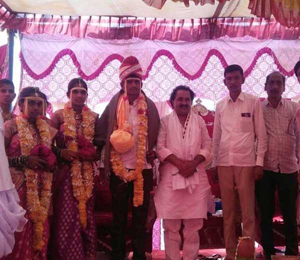 नांदेडमधील एका तरूणाने एकाच मांडवात दोन तरूणींशी बुधवारी लग्न केले - Divya Marathi