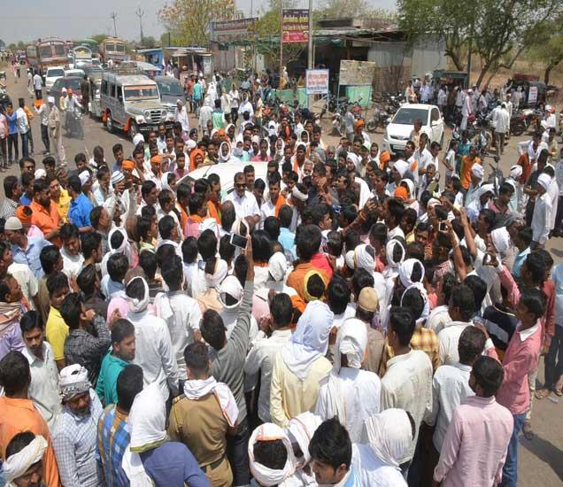 खासदार संजय राऊत यांच्या नेतृत्वात हे आंदोलन करण्यात येत आहे. - Divya Marathi