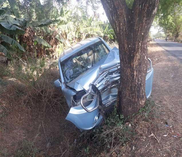 टायर फुटल्याने टाटा सुमो अनियंत्रित होऊन रस्त्याच्या कडेल्या असलेल्या झाडाला धडकली. - Divya Marathi