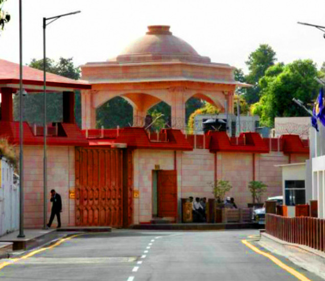 लखनऊमध्ये राजनाथ सिंह, मुलायम सिंह आणि मायावती यांच्याकडे 2-2 सरकारी बंगले आहेत. - Divya Marathi
