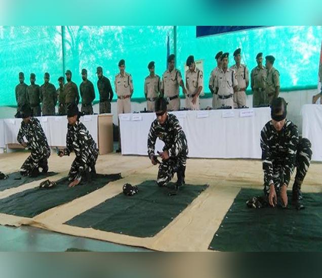 डोळ्यांवर पट्टी बांधून प्रशिक्षण घेताना महिला कमांडो... - Divya Marathi
