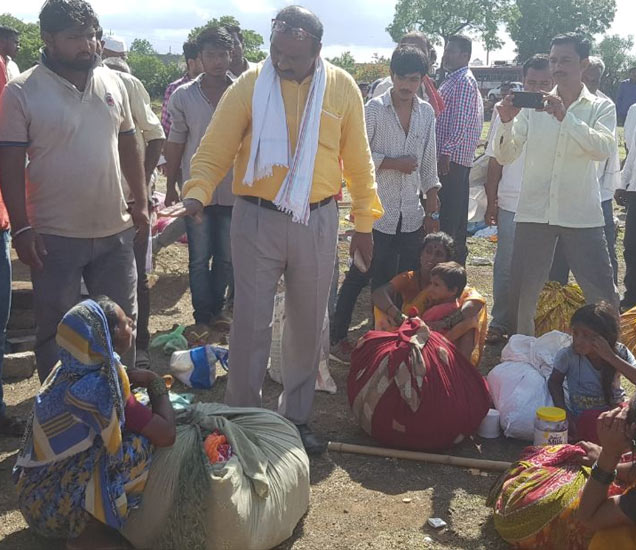 घटनेनंतर राईनपाडा येथे सामाजिक कार्यकर्ते धाव घेत असून पिडित कुटुंबियांना धीर देत आहेत. - Divya Marathi