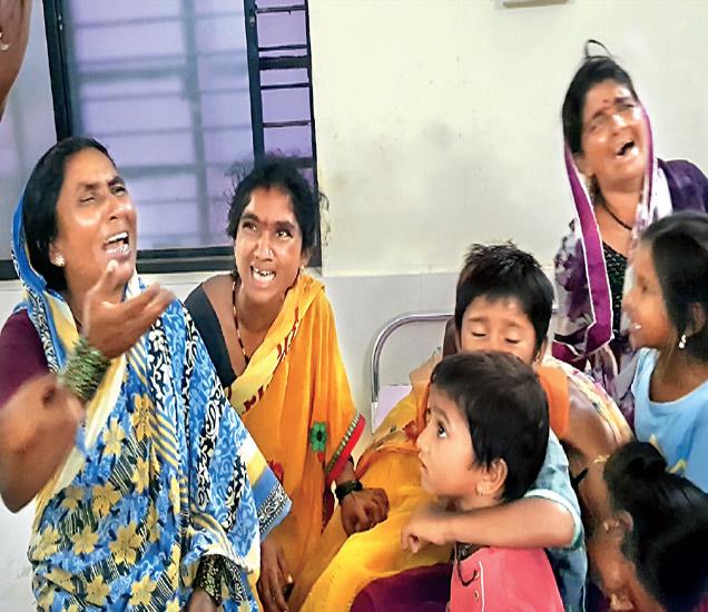 धुळे जिल्ह्यातील पिंपळनेर परिसरात जमावाने ५ जणांची ठेचून हत्या केल्यानंतर मृतांच्या कुटुंबीयांना शाेक अनावर - Divya Marathi