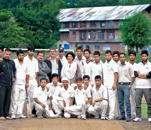 जम्मू-काश्मीरच्या क्रिकेट संघासोबत लेखिका. - Divya Marathi