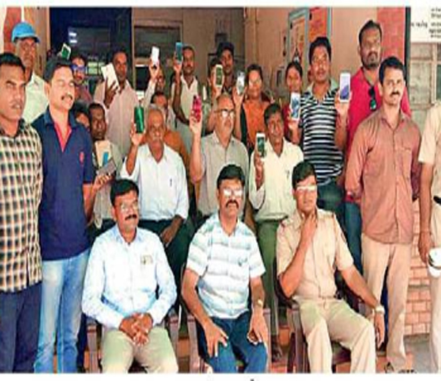 सिव्हिल लाइन ठाण्यात तकरादारांना मोबाइल परत करण्यात आले - Divya Marathi