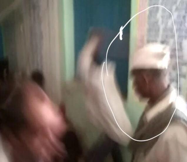 व्हिडिओ क्लिपमधील गांधी टोपी घातलेल्या आरोपीला पोलिसांनी रविवारी रात्री अटक केली आहे. - Divya Marathi