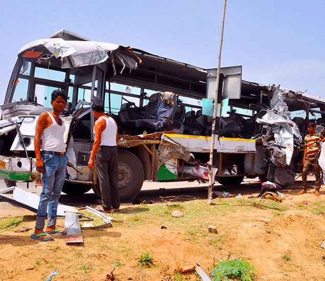 बसची अशी अवस्था झाली. - Divya Marathi
