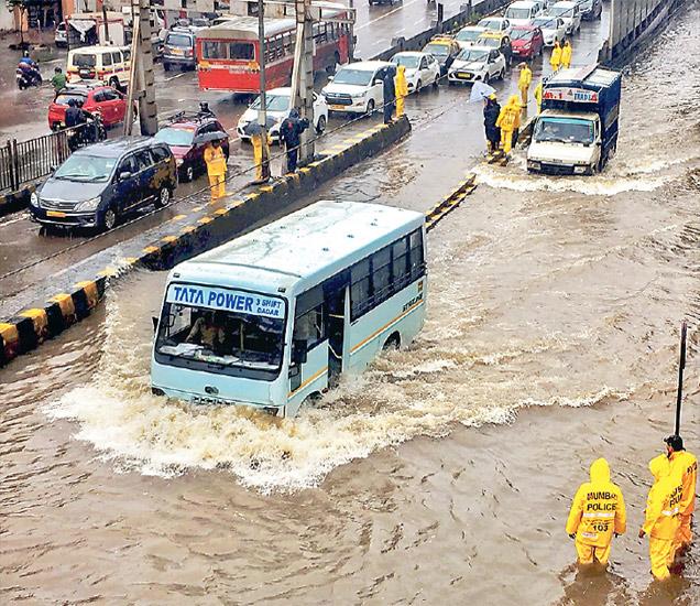 सलग दोन दिवस संततधार पडणाऱ्या पावसाने  रविवारीही मुंबईला झोडपून काढले. दुपारी अडीचपर्यंत कुलाबा येथे ११२ मिमी तर सांताक्रुझ ३७.२ मिमी पावसाची नोंद झाली. - Divya Marathi