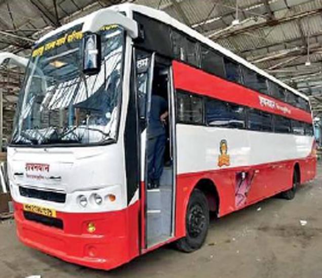 पुण्याच्या राज्य परिवहन महामंडळाच्या मध्यवर्ती कार्यशाळेत तयार झालेली पहिली नॉन एसी ३० अासने असलेली स्लीपर बस. - Divya Marathi
