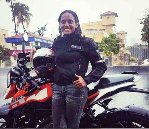 कित्येक हजार किलोमीटरचा प्रवास चेतनाने रॉयल एनफिल्डवर केला आहे. - Divya Marathi