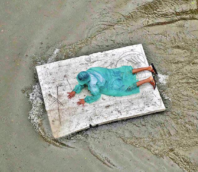 छायाचित्र मुंबईचे आहे. मंगळवारी मोसमातील सर्वात जास्त पाऊस झाला. सुमारे ८३ टक्क्यांहून जास्त पावसाची नोंद झाली. - Divya Marathi