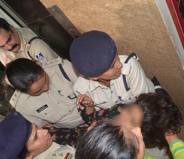 12 तासांच्या ओलिस नाट्यानंतर अखेर मुलीला सुरक्षितरीत्या बाहेर काढण्यात आले. - Divya Marathi