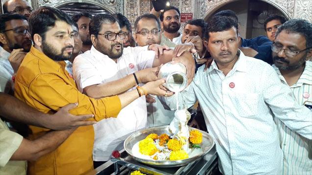 कोल्हापूरातील शिरोळ तालुक्यातील ग्रामदेवतेच्या समाधीला दुग्धाभिषेक घालून आंदोलन सुरू - Divya Marathi