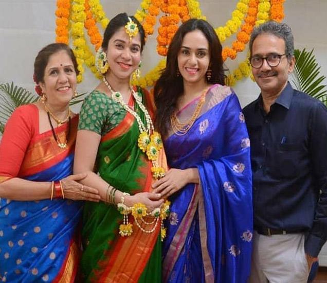 आई गौरी, थोरली बहीण आदिती आणि वडील राजू यांच्यासोबत अमृता खानविलकर - Divya Marathi