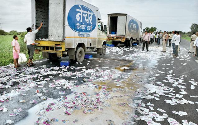 रिधाेरे (ता. माढा) येथे अांदाेलनकर्त्यांनी नॅचरल डेअरीची वाहने अडवून पाकिटांची नासधूस केली. - Divya Marathi
