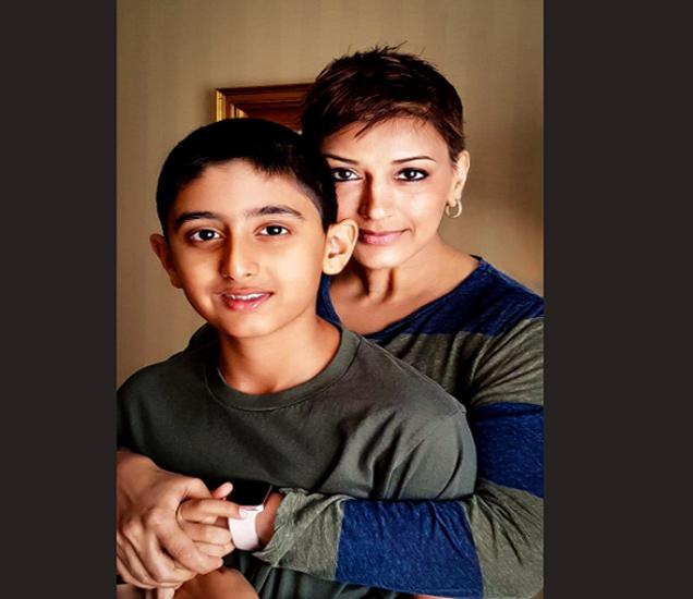 मुलगा रणवीरसोबतचा हा फोटो सोनालीने शेअर केला आहे. - Divya Marathi