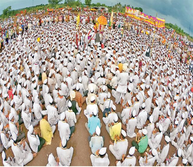 संत ज्ञानेश्वर महाराज पालखीचे तिसरे गोल रिंगण उघडेवाडी येथील ठाकूरबुवांच्या समाधीजवळ पार पडले. - Divya Marathi