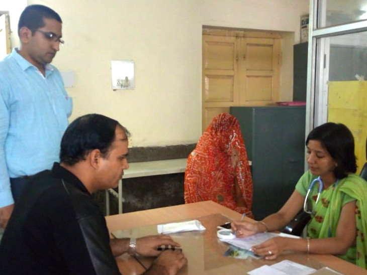 भीखारामची मेडिकल तपासणी करताना डॉक्टर मीनल जैन आणि महेंद्र चौधरी. - Divya Marathi