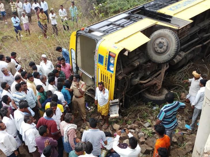 Accident: 50 शाळकरी मुलांना घेऊन जाणारी बस पुलावरून कोसळली, ड्रायव्हर नशेत असल्याचा संशय|देश,National - Divya Marathi