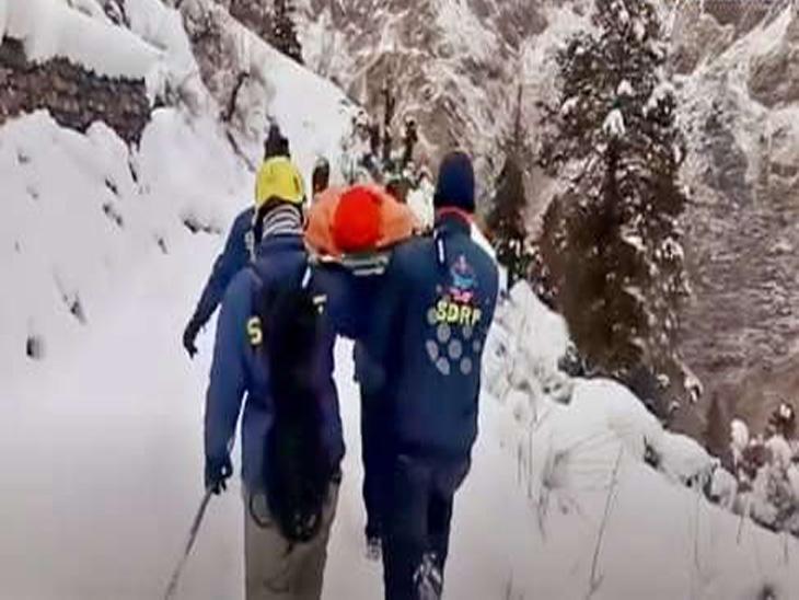 Shocking Video: तपस्येसाठी गोठवून टाकणाऱ्या बर्फात बसले स्वामी, कडाक्याच्या थंडीमुळे गावातील लोकांनी पळ काढला पण स्वामी नाही हटले, नंतर रेस्क्यू टीमच्या 8 लोकांनी वाचवला जीव...|देश,National - Divya Marathi