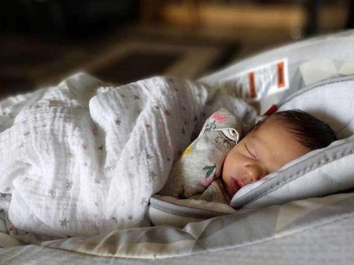 मुलीच्या जन्माचा उत्सव साजरा करत होते कुटुंबीय, पण तीन आठवड्यात झाला मृत्यू, पोस्टमॉर्टम रिपोर्ट पाहून डॉक्टरांना बसला धक्का...| - Divya Marathi