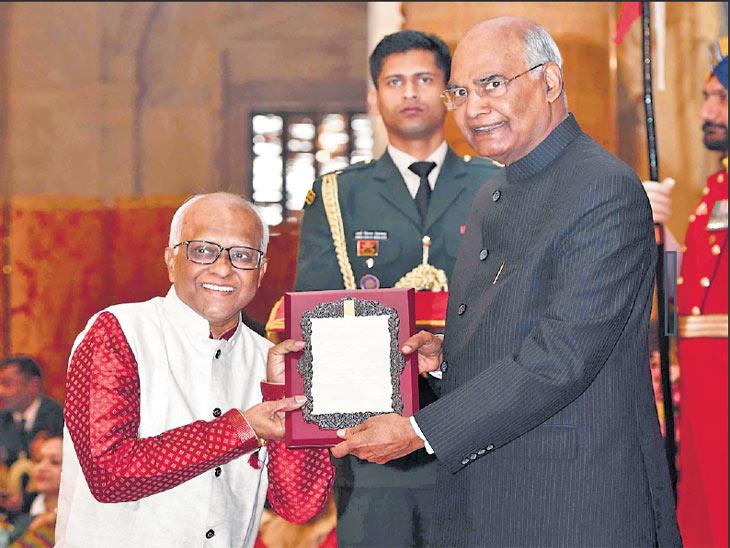 लोककलेचे अभ्यासक डॉ. प्रकाश खांडगे यांना पुरस्कार देताना राष्ट्रपती. - Divya Marathi