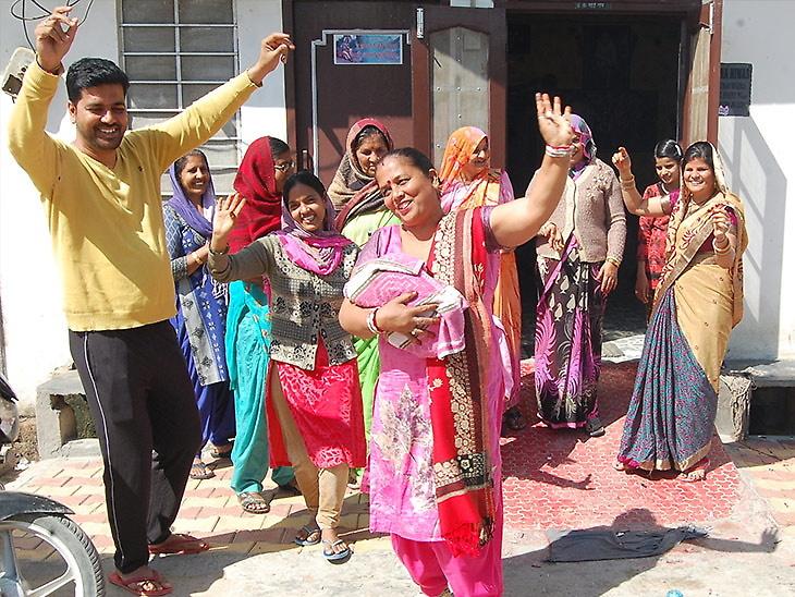 रुग्णालयातून ढोल-ताशे घेऊन नाचत गात घरी येत होते कुटुंब, लोकांनी विचारल्यावर आजीबाई म्हणाल्या, घरात लक्ष्मी आलीये! देश,National - Divya Marathi