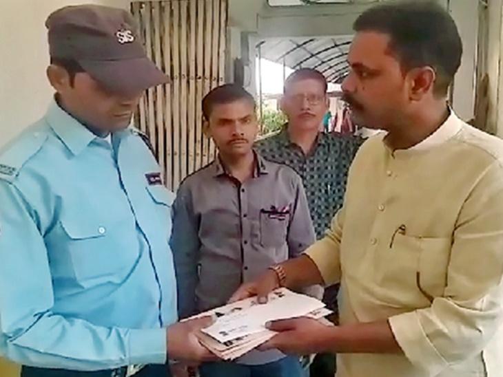 लोकसभेचे तिकीट कापल्याने खासदाराला बसला धक्का, पक्षाच्या कार्यालयातील \'चौकीदारा\'च्या हातात दिला राजीनामा|देश,National - Divya Marathi