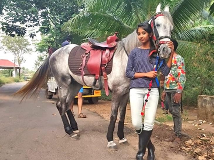 घोड्यावर बसून शाळेत जाणारी कृष्णा झाली सोशल मीडिया स्टार, नवीन व्हिडिओत सांगितले- मित्राच्या एका टीकेमुळे शिकली घोडेस्वारी...|देश,National - Divya Marathi