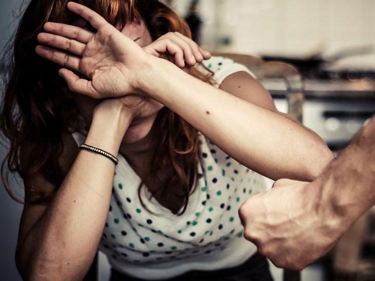 सासरी महिलेसोबत घडली ह्रदयद्रावक घटना; निर्दयी पतीने आपल्या 7 मित्रांसोबत मिळून पत्नीला विवस्त्र करून उलटे लटकवून 2 तास केले टॉर्चर...|देश,National - Divya Marathi
