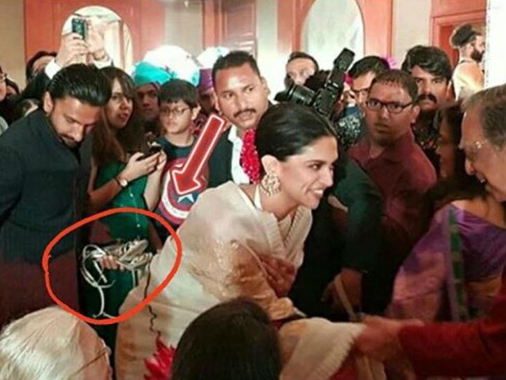 सेलेब लाइफ : पत्नी दीपिकाची सॅंडल हातात घेऊन उभा दिसला रणवीर सिंह, लोक करत आहेत कौतुकाचा वर्षाव| - Divya Marathi