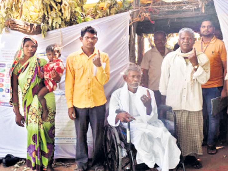 गुजरातच्या एका बूथवर केवळ १ मतदार, छत्तीसगडच्या पूर्ण गावात ४ मतदार... अर्ध्या तासात १००% मतदान|देश,National - Divya Marathi