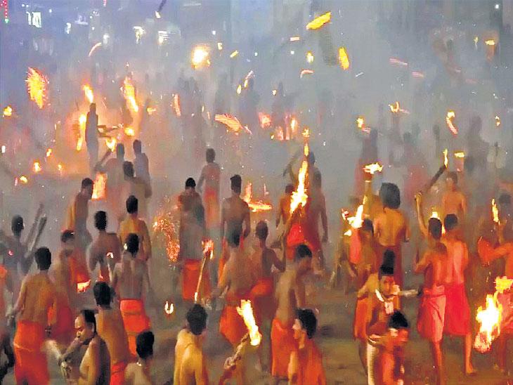 कर्नाटकात 'अग्निखेली' फेस्टिव्हल; २ गावांत फेकल्या जातात जळत्या मशाली; दु:खे दूर होतात असा आहे समज देश,National - Divya Marathi