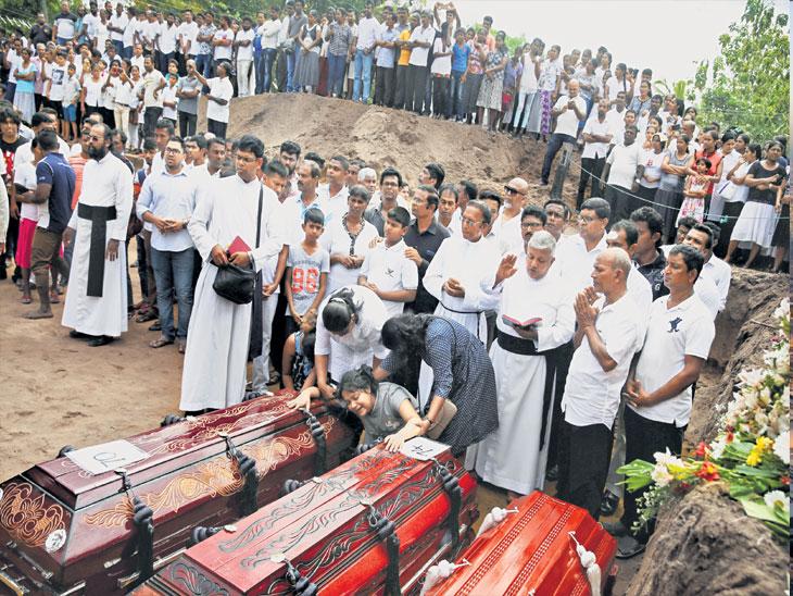 श्रीलंकेत पहिल्यांदाच सामूहिक अंत्यसंस्कार; ईस्टरला झालेल्या स्फोटातील मृतांची संख्या 321|विदेश,International - Divya Marathi