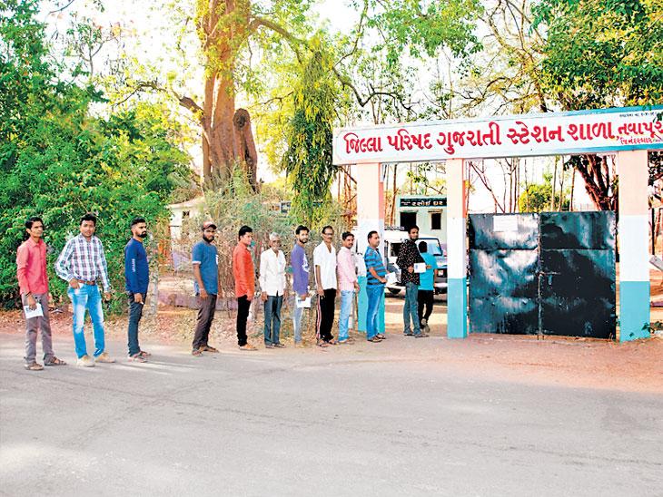 मतदान केंद्र महाराष्ट्रात, मतदारांच्या रांगा मात्र सीमेवरील गुजरात राज्यापर्यंत|नंदुरबार,Nandurbar - Divya Marathi