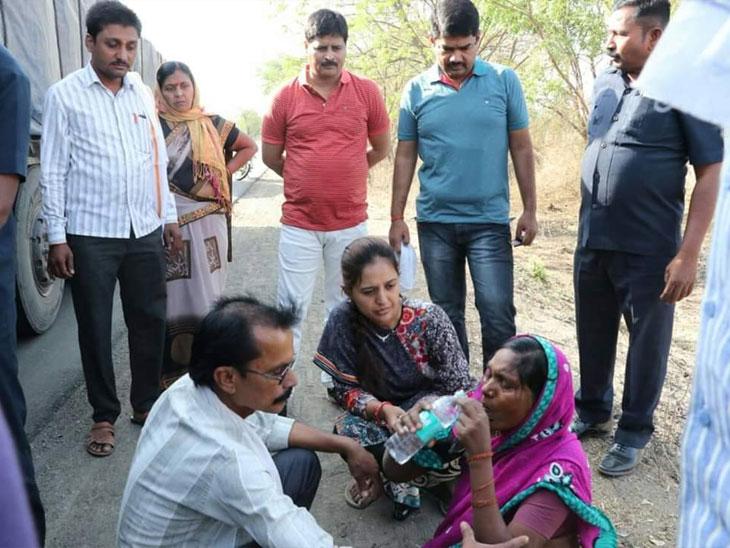लोकप्रतिनिधीसोबतच पाहायला मिळाला डॉक्टर, खासदार प्रीतम मुंडेंनी केली अपघातग्रस्त महिलेची मदत औरंगाबाद,Aurangabad - Divya Marathi