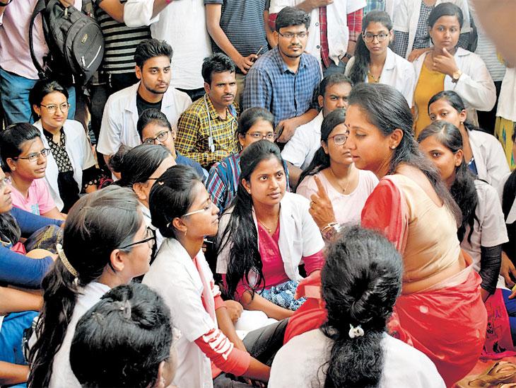 सरकारचा अध्यादेश: आरक्षणामुळे खासगी काॅलेजात प्रवेश घेतल्यास फी सरकार भरणार; वैद्यकीय पदव्युत्तर प्रवेशासाठी मराठा आरक्षण कायम|मुंबई,Mumbai - Divya Marathi