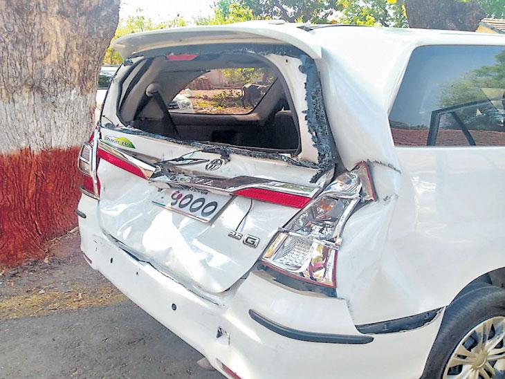 जळगाव जि.प अध्यक्षांच्या कारला ट्रकची मागून धडक; ओझर गावाजवळ घडली घटना|जळगाव,Jalgaon - Divya Marathi
