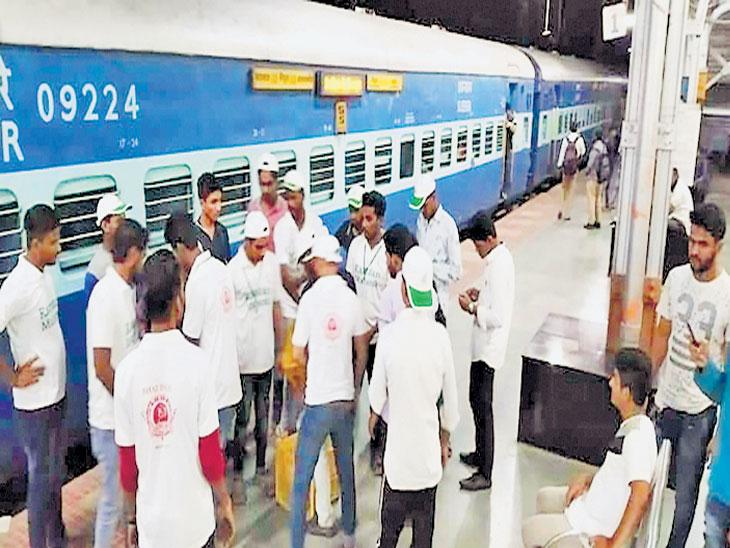 रोजेधारक रेल्वे प्रवाशांना सहेरीची सोय, ४० जण रोज देतात ३०० जणांना जेवण|सोलापूर,Solapur - Divya Marathi