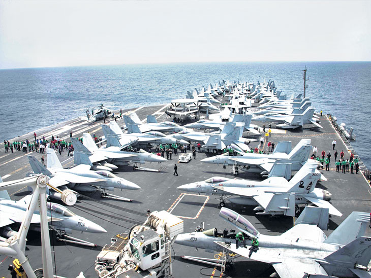 अमेरिकेची यूएसएस अब्राहम लिंकन ही युद्धनौका अरबी समुद्रात तैनात आहे. - Divya Marathi