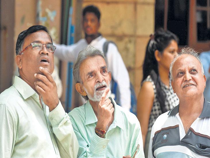 सोमवारी मुंबई शेअर बाजाराबाहेर गुंतवणूकदार जमा झाले होते. सर्वांचे लक्ष आकड्यांवर होते. - Divya Marathi