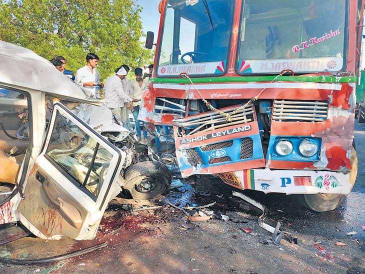 शनिशिंगणापूरला जाताना पुण्यातील भाविकांच्या वाहनास अपघात; २ ठार|अहमदनगर,Ahmednagar - Divya Marathi