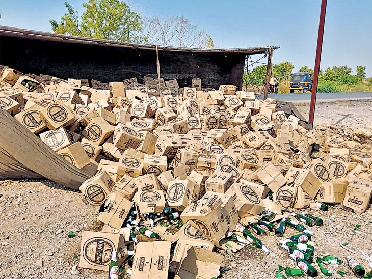 मालेगाव परिसरात दारूच्या खाेक्यांचा ट्रक उलटला; तळीरामांची मात्र चंगळ|औरंगाबाद,Aurangabad - Divya Marathi