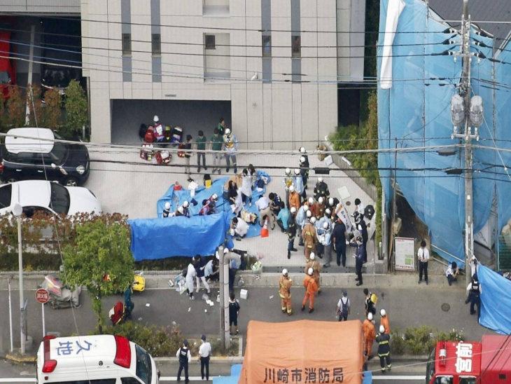 स्कूल बसची वाट पाहत असलेल्या मुलांवर माथेफिरूने केला चाकू हल्ला; एका मुलीसहीत दोघांचा मृत्यू तर 18 जखमी|विदेश,International - Divya Marathi
