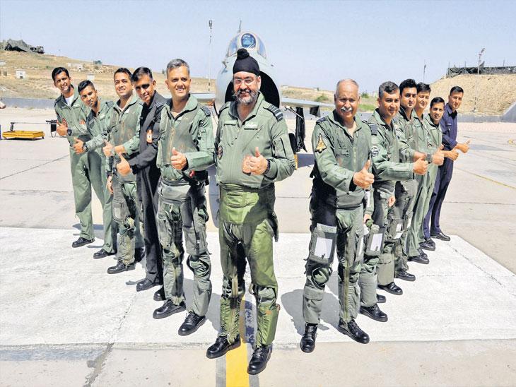 भिसियाना हवाई दलाच्या केंद्रावरून उड्डाण घेण्याआधी वायु दलाचे अधिकारी. - Divya Marathi